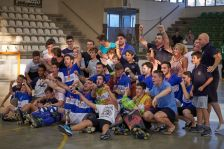 El Nacional Catalana celebra la victòria a la final de la Copa, acompanyat de diversos jugadors de la base del club